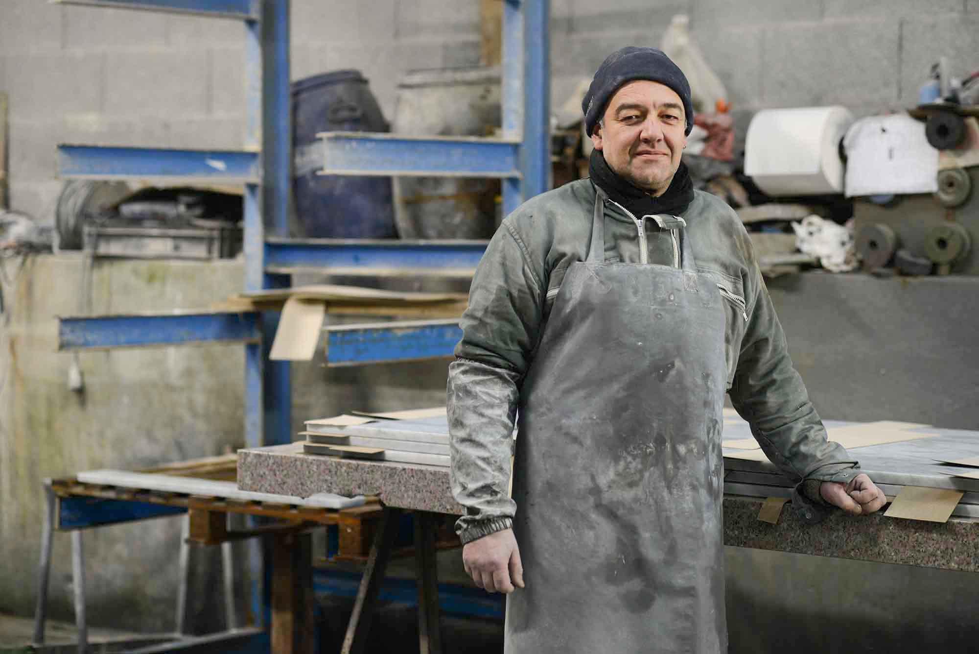 Philippe Pagès s'occupe du polissage des arêtes.