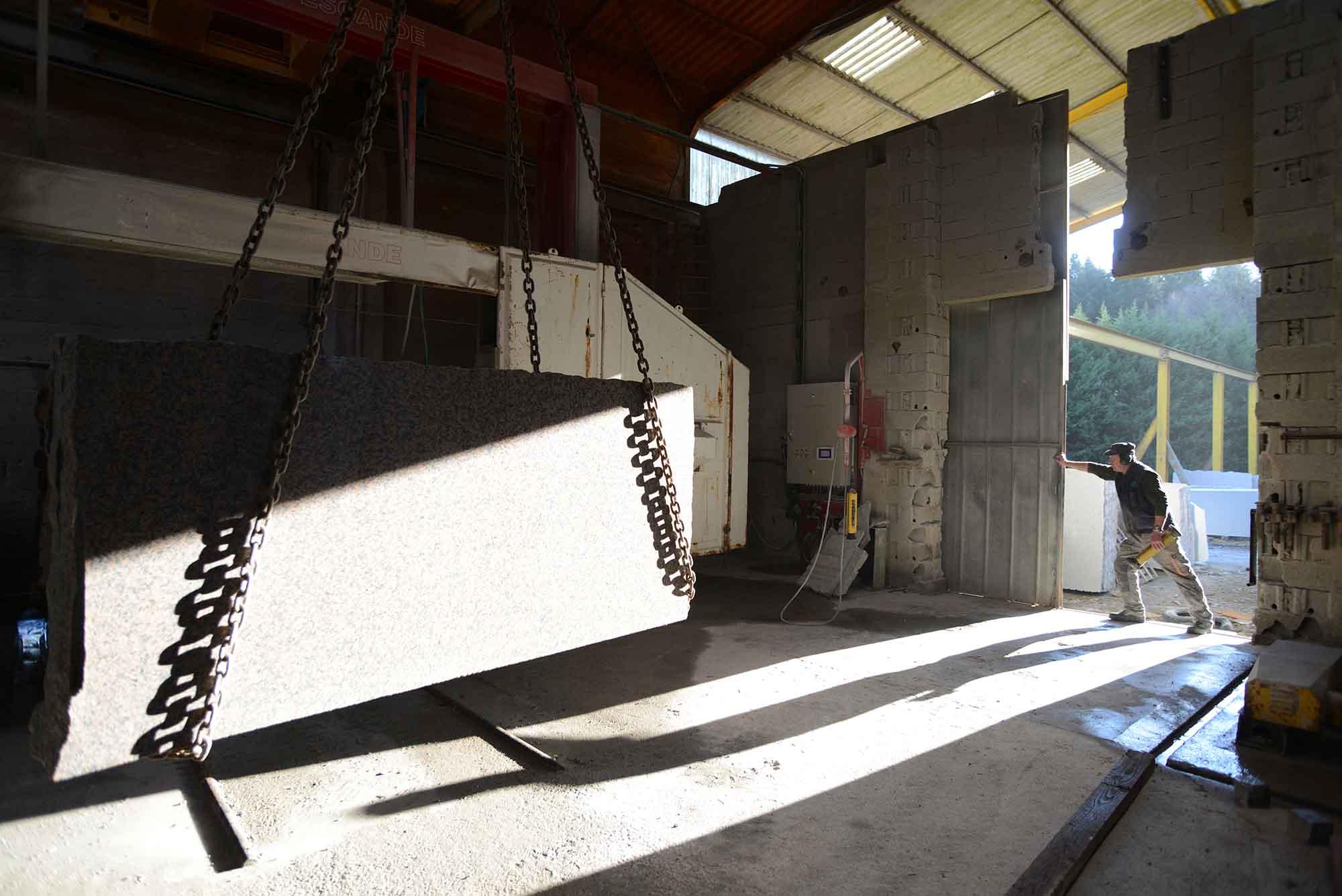 Richard Maynadier est le responsable de production. Il s'occupe principalement de coordonner les travaux, la réception du granit….